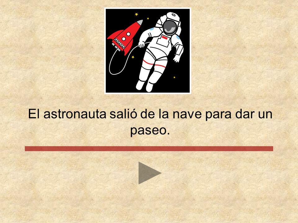 El astronauta salió de la nave para dar un paseo.