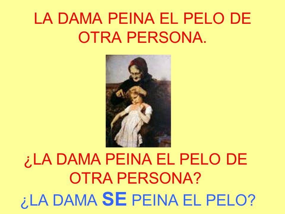 LA DAMA PEINA EL PELO DE OTRA PERSONA.