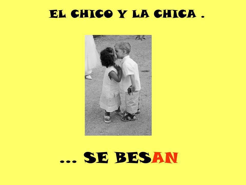 EL CHICO Y LA CHICA . … SE BESAN