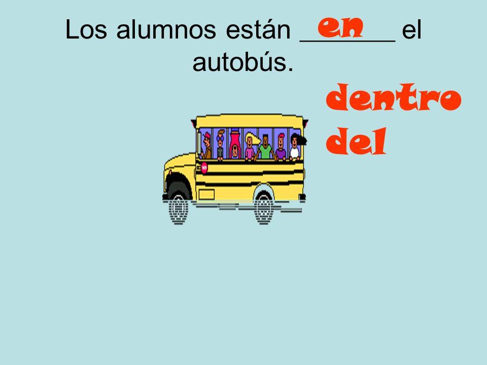 Los alumnos están _______ el autobús.