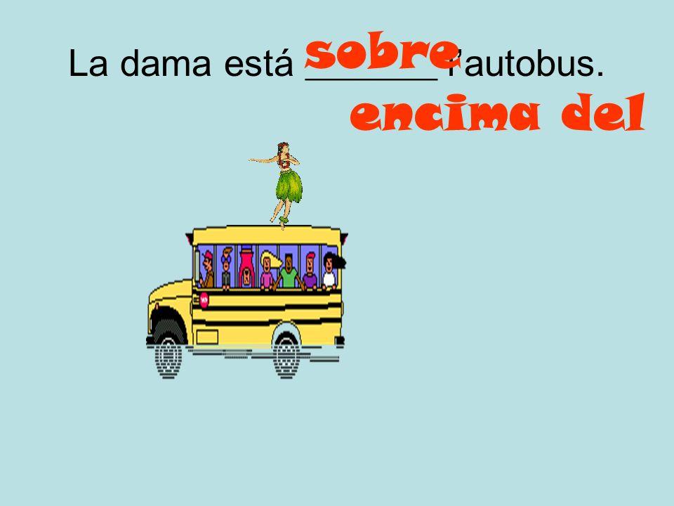 La dama está _______ l'autobus.