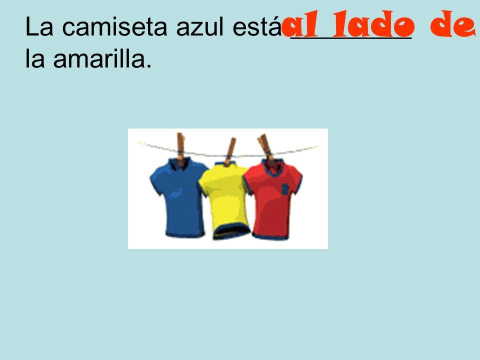 La camiseta azul está _________ la amarilla.