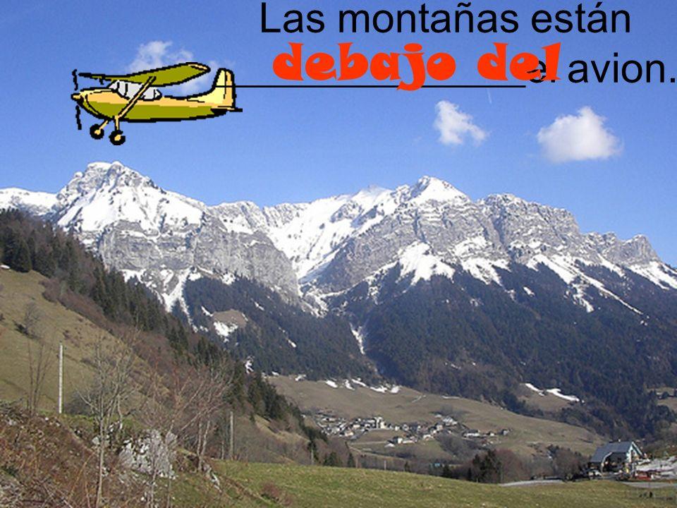 Las montañas están _______________el avion.