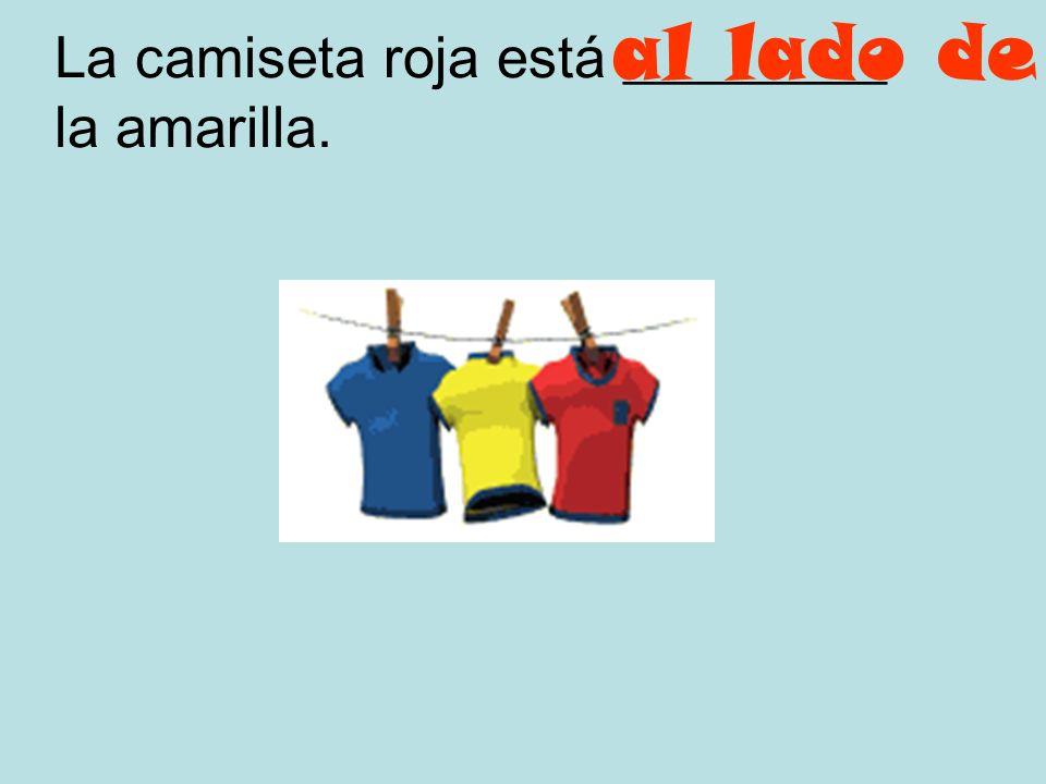 La camiseta roja está _________ la amarilla.