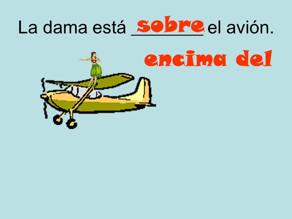 La dama está ________ el avión.