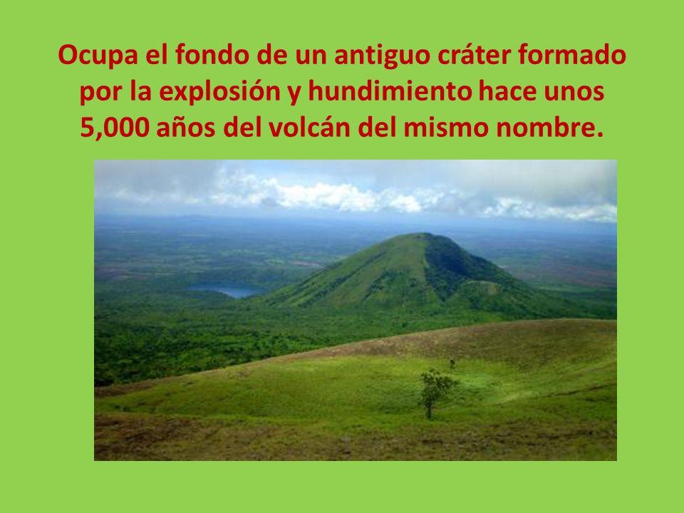 Ocupa el fondo de un antiguo cráter formado por la explosión y hundimiento hace unos 5,000 años del volcán del mismo nombre.