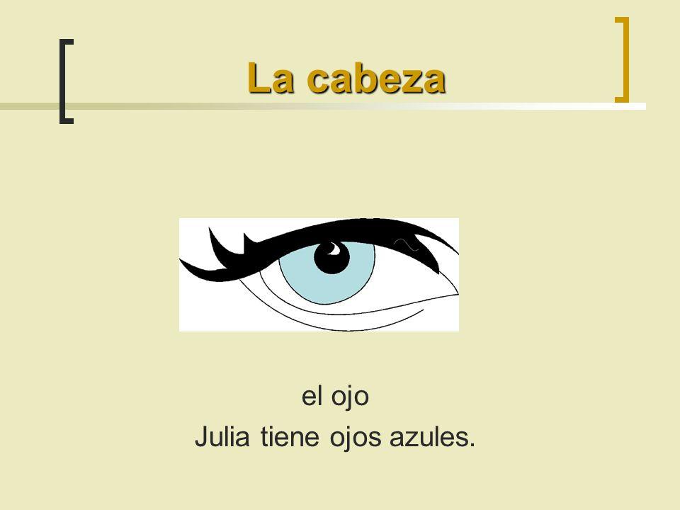 Julia tiene ojos azules.