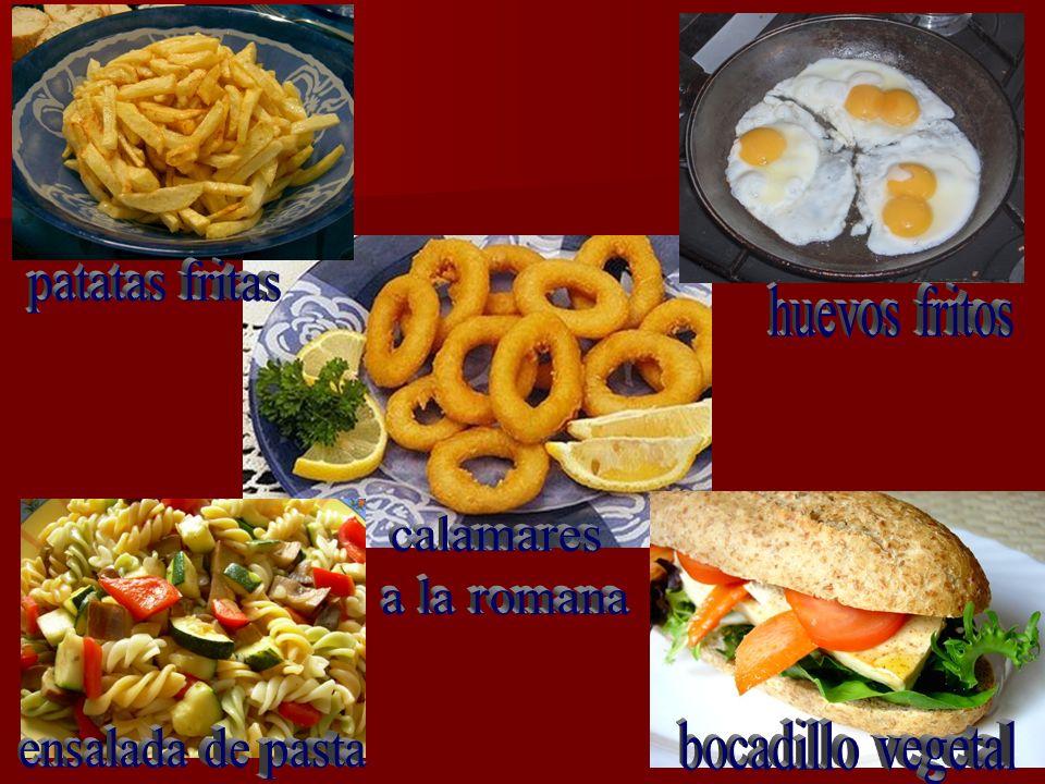 patatas fritas huevos fritos calamares a la romana ensalada de pasta bocadillo vegetal