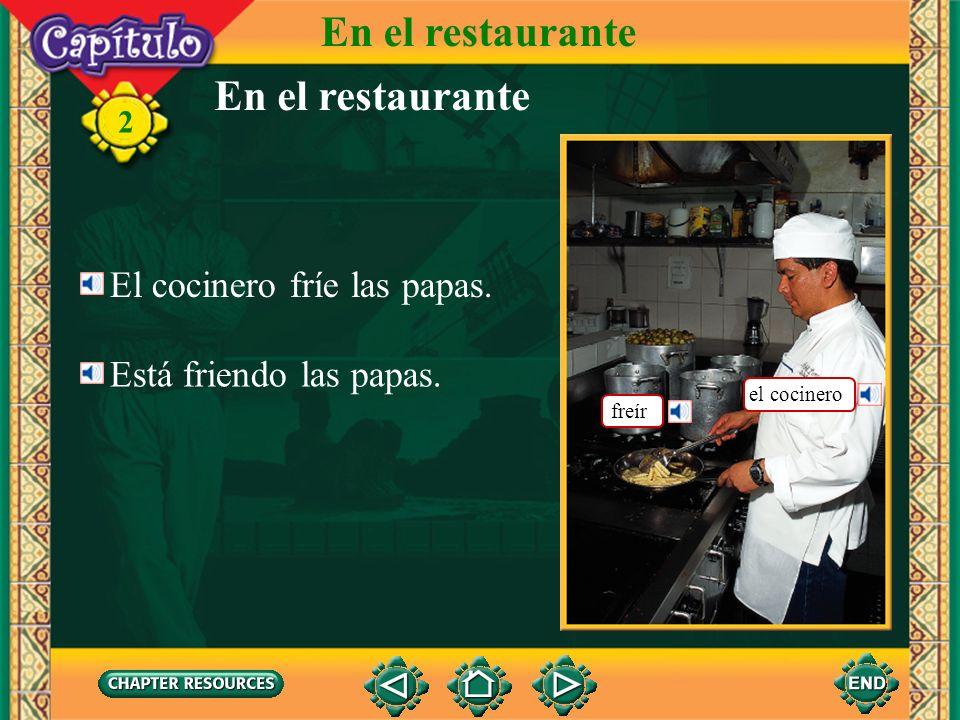 En el restaurante En el restaurante El cocinero fríe las papas.