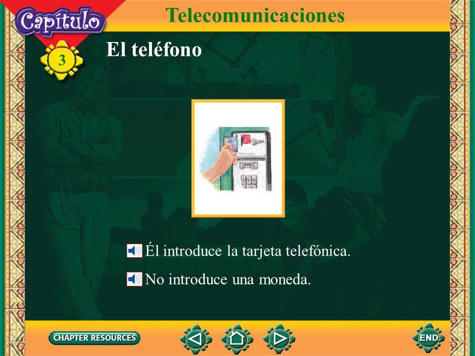 Telecomunicaciones El teléfono Él introduce la tarjeta telefónica.