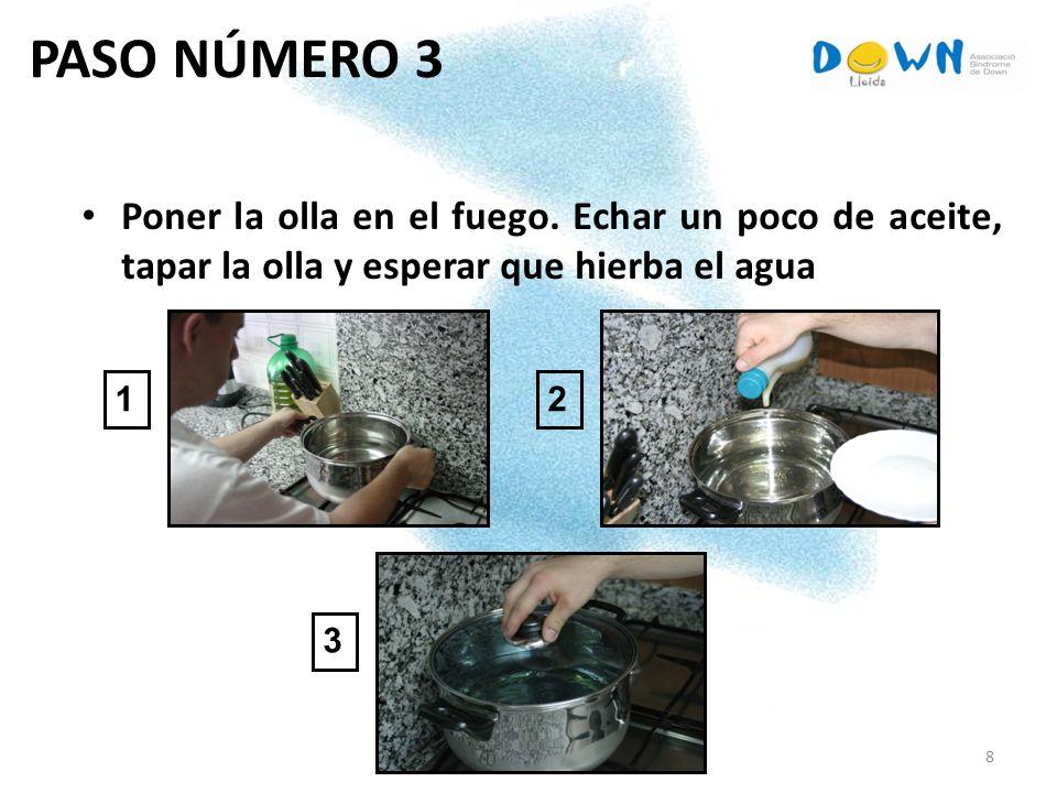 PASO NÚMERO 3 Poner la olla en el fuego. Echar un poco de aceite, tapar la olla y esperar que hierba el agua.