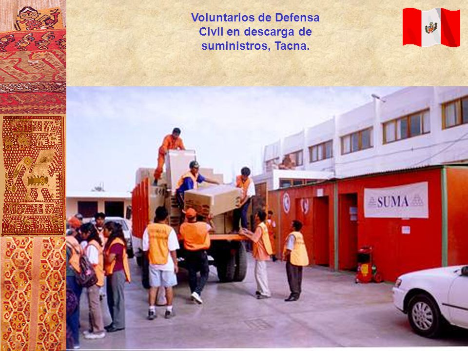 Voluntarios de Defensa Civil en descarga de suministros, Tacna.