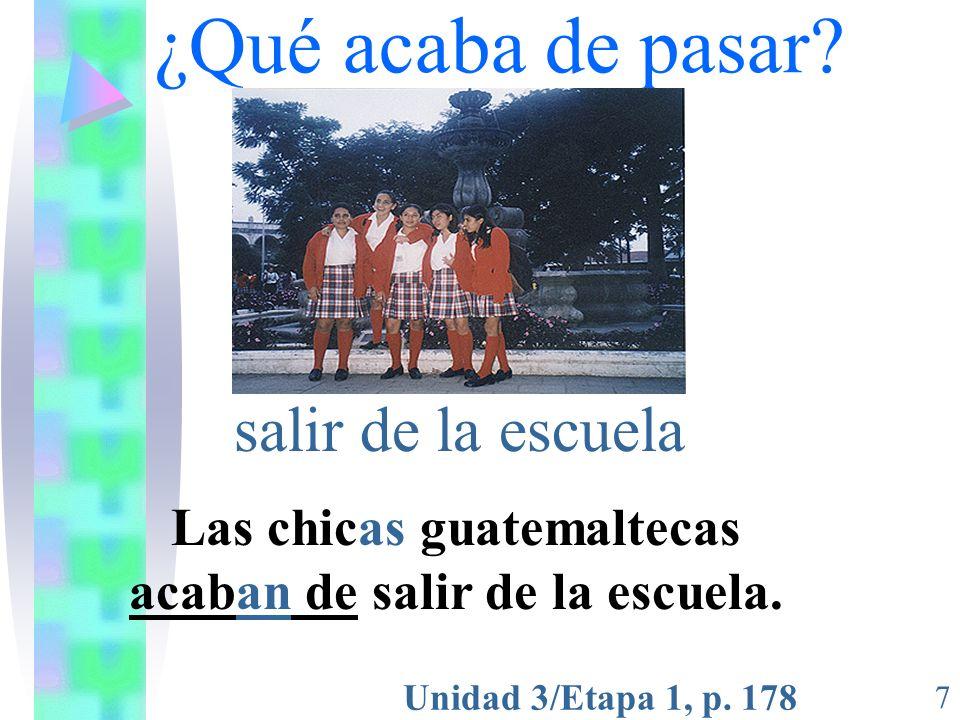 Las chicas guatemaltecas acaban de salir de la escuela.
