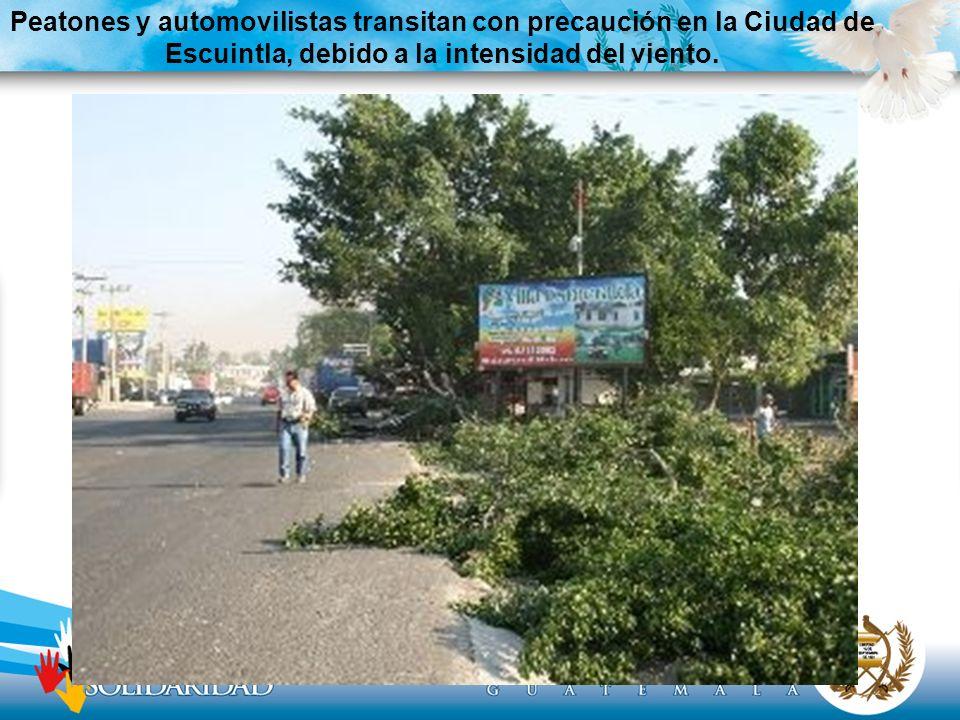 Peatones y automovilistas transitan con precaución en la Ciudad de Escuintla, debido a la intensidad del viento.