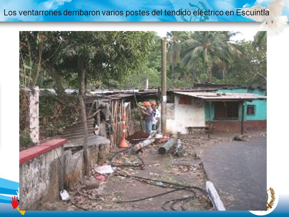 Los ventarrones derribaron varios postes del tendido eléctrico en Escuintla