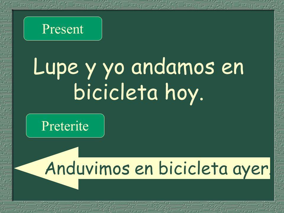 Lupe y yo andamos en bicicleta hoy.