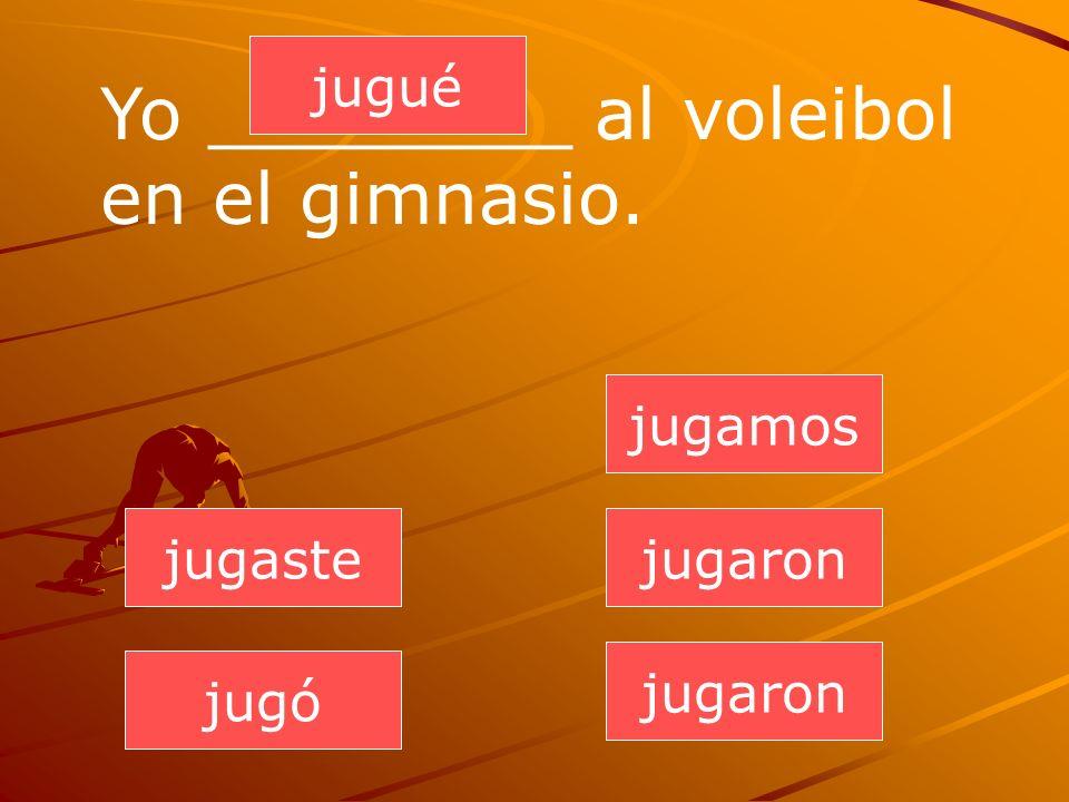 Yo ________ al voleibol en el gimnasio.