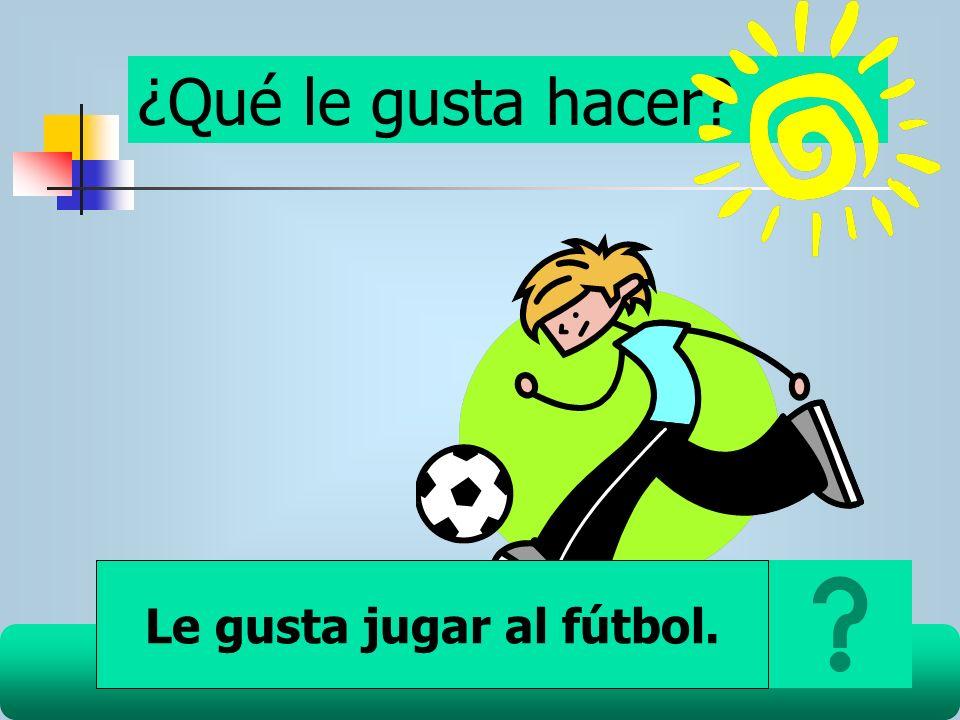 Le gusta jugar al fútbol.