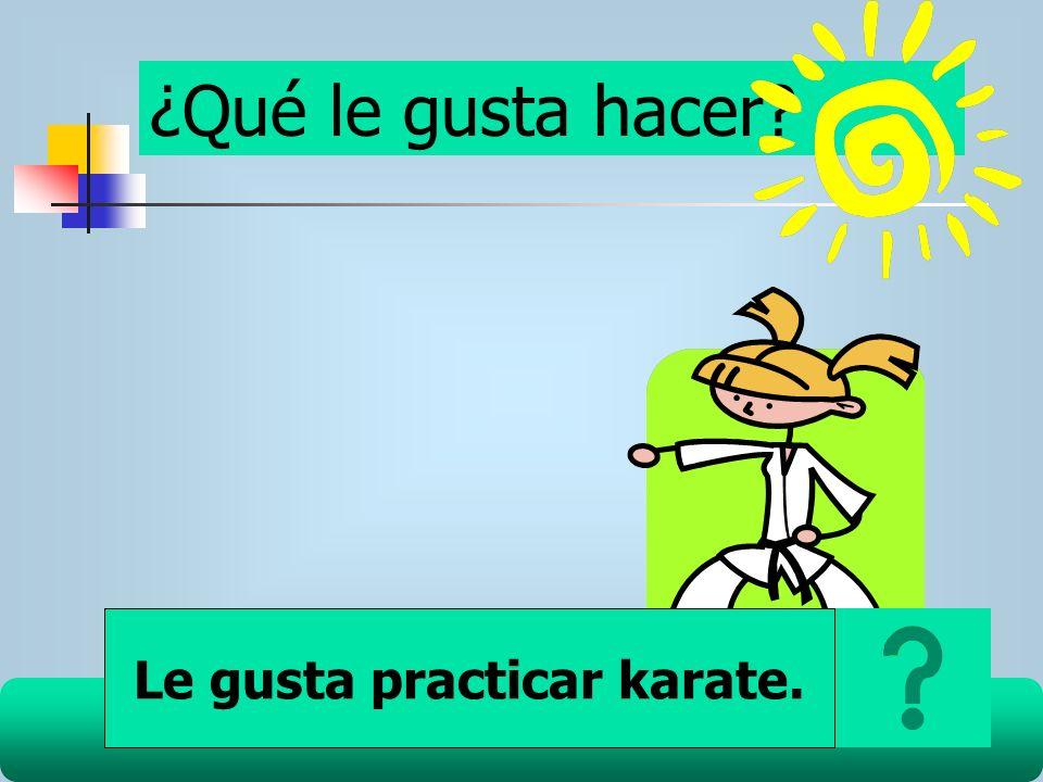 Le gusta practicar karate.