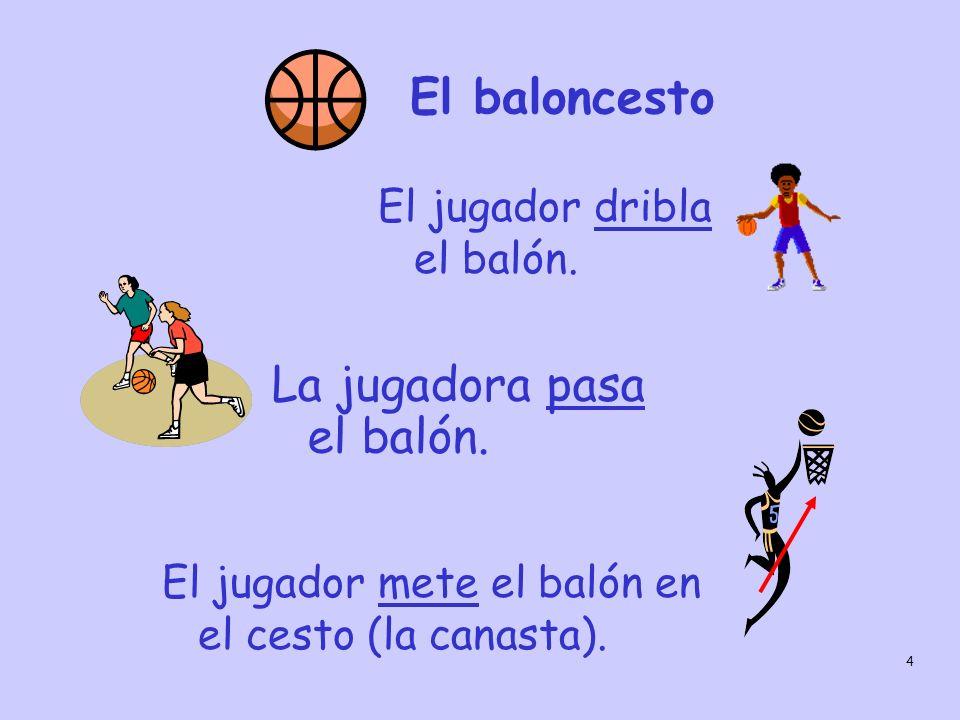 La jugadora pasa el balón.