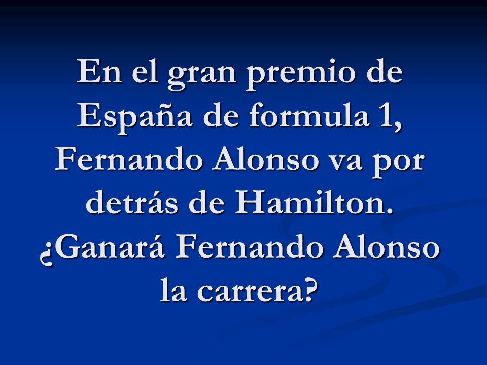 En el gran premio de España de formula 1, Fernando Alonso va por detrás de Hamilton.