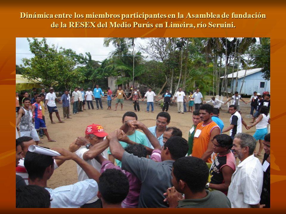 Dinámica entre los miembros participantes en la Asamblea de fundación de la RESEX del Medio Purús en Limeira, río Seruini.