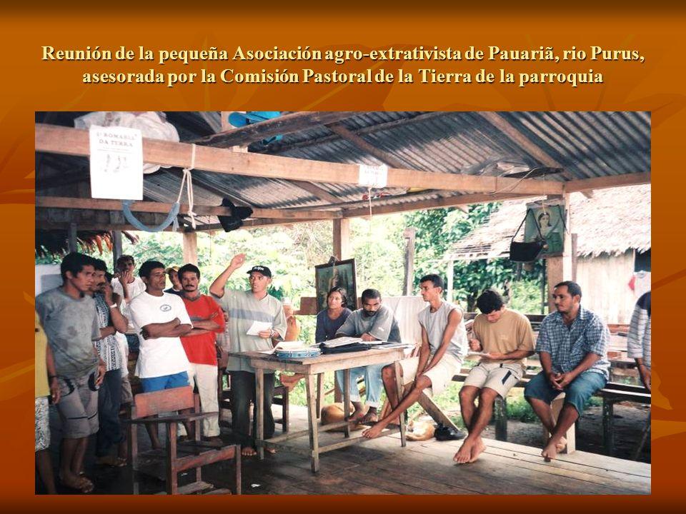 Reunión de la pequeña Asociación agro-extrativista de Pauariã, rio Purus, asesorada por la Comisión Pastoral de la Tierra de la parroquia