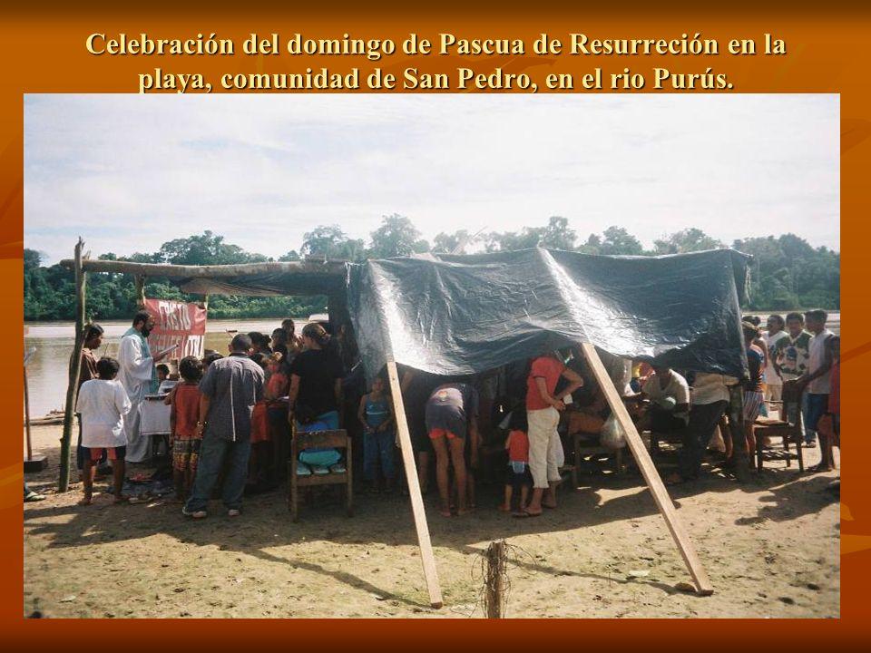 Celebración del domingo de Pascua de Resurreción en la playa, comunidad de San Pedro, en el rio Purús.