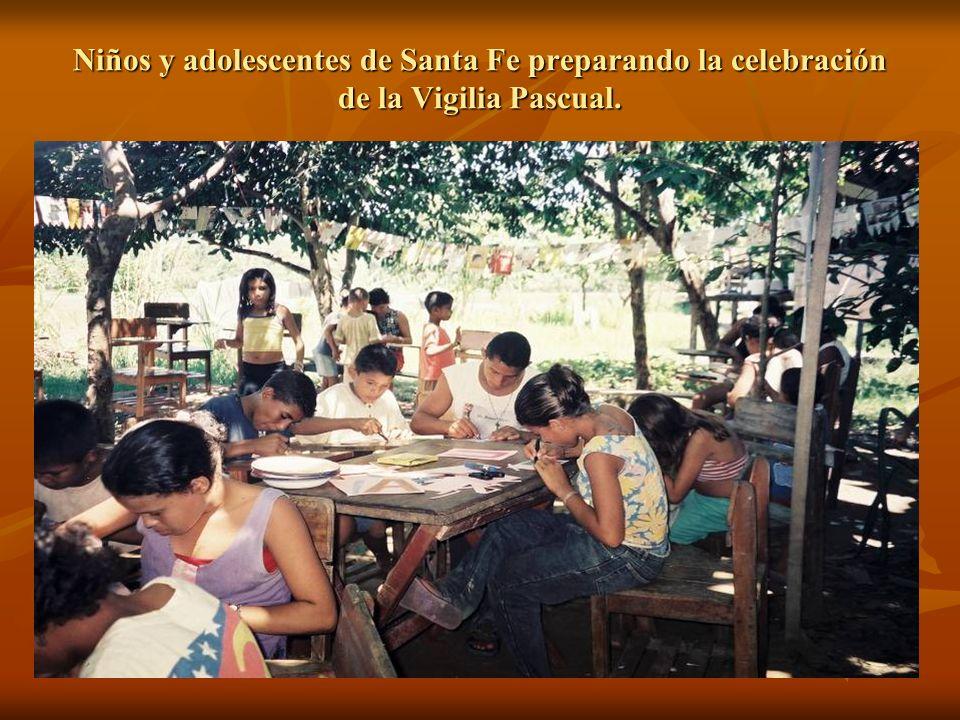 Niños y adolescentes de Santa Fe preparando la celebración de la Vigilia Pascual.
