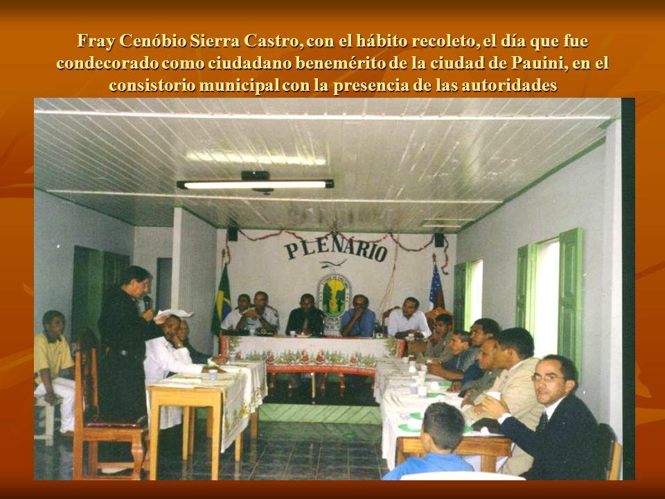 Fray Cenóbio Sierra Castro, con el hábito recoleto, el día que fue condecorado como ciudadano benemérito de la ciudad de Pauini, en el consistorio municipal con la presencia de las autoridades