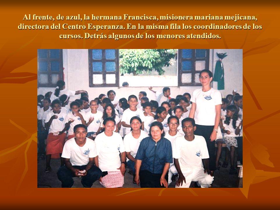 Al frente, de azul, la hermana Francisca, misionera mariana mejicana, directora del Centro Esperanza.