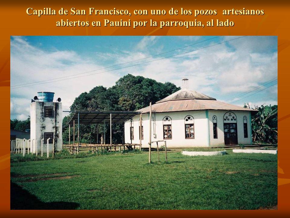 Capilla de San Francisco, con uno de los pozos artesianos abiertos en Pauini por la parroquia, al lado