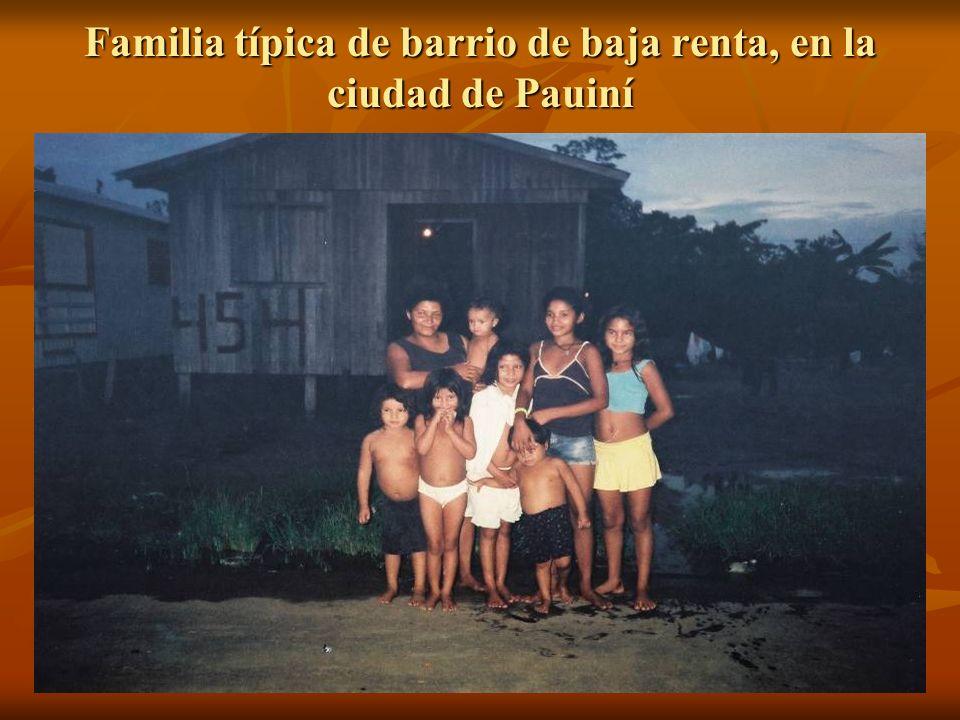 Familia típica de barrio de baja renta, en la ciudad de Pauiní