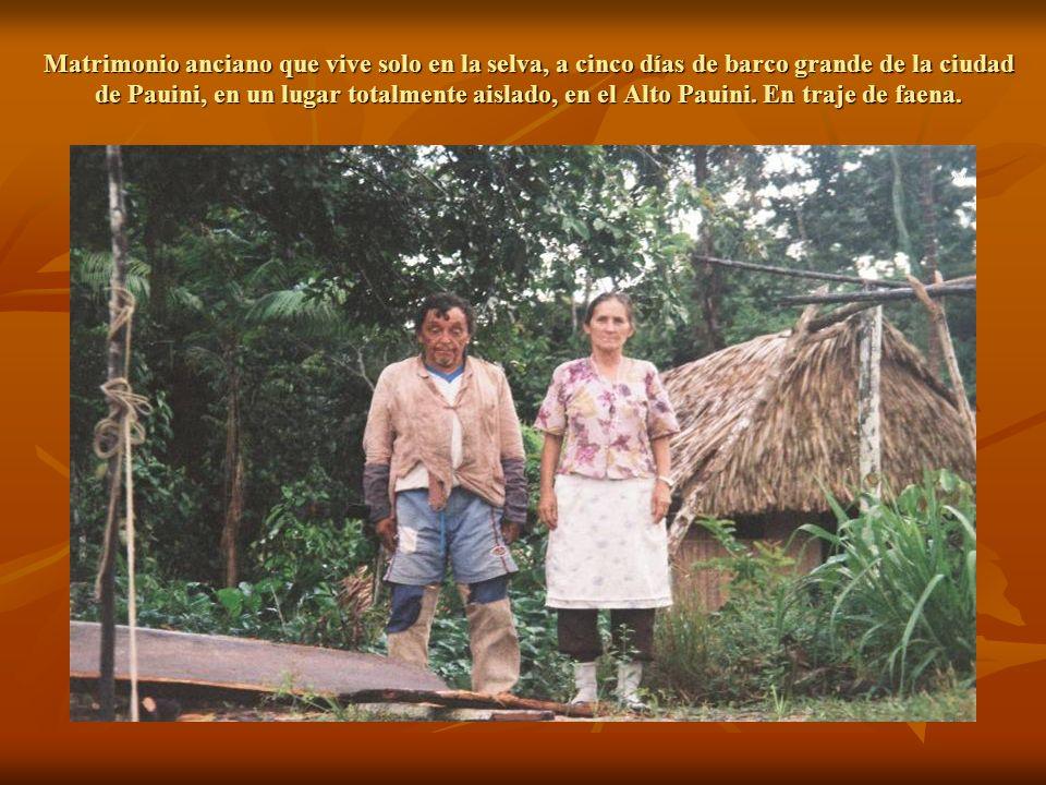 Matrimonio anciano que vive solo en la selva, a cinco días de barco grande de la ciudad de Pauini, en un lugar totalmente aislado, en el Alto Pauini.