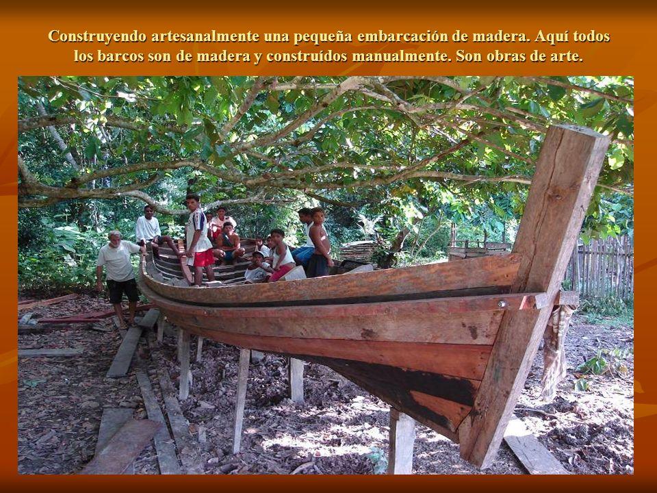 Construyendo artesanalmente una pequeña embarcación de madera