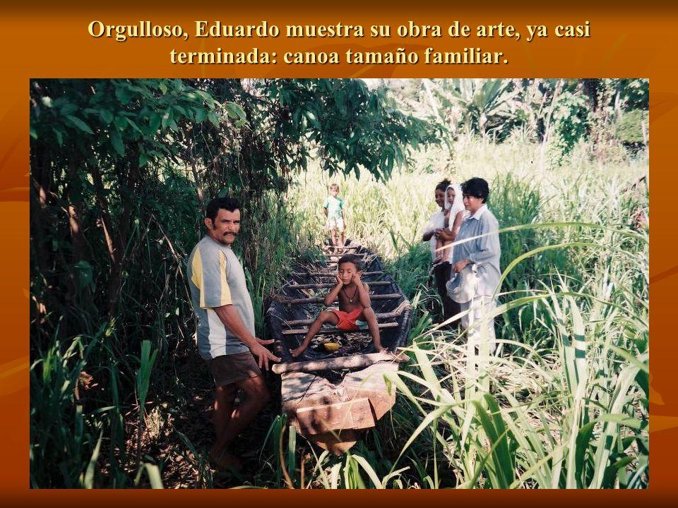 Orgulloso, Eduardo muestra su obra de arte, ya casi terminada: canoa tamaño familiar.