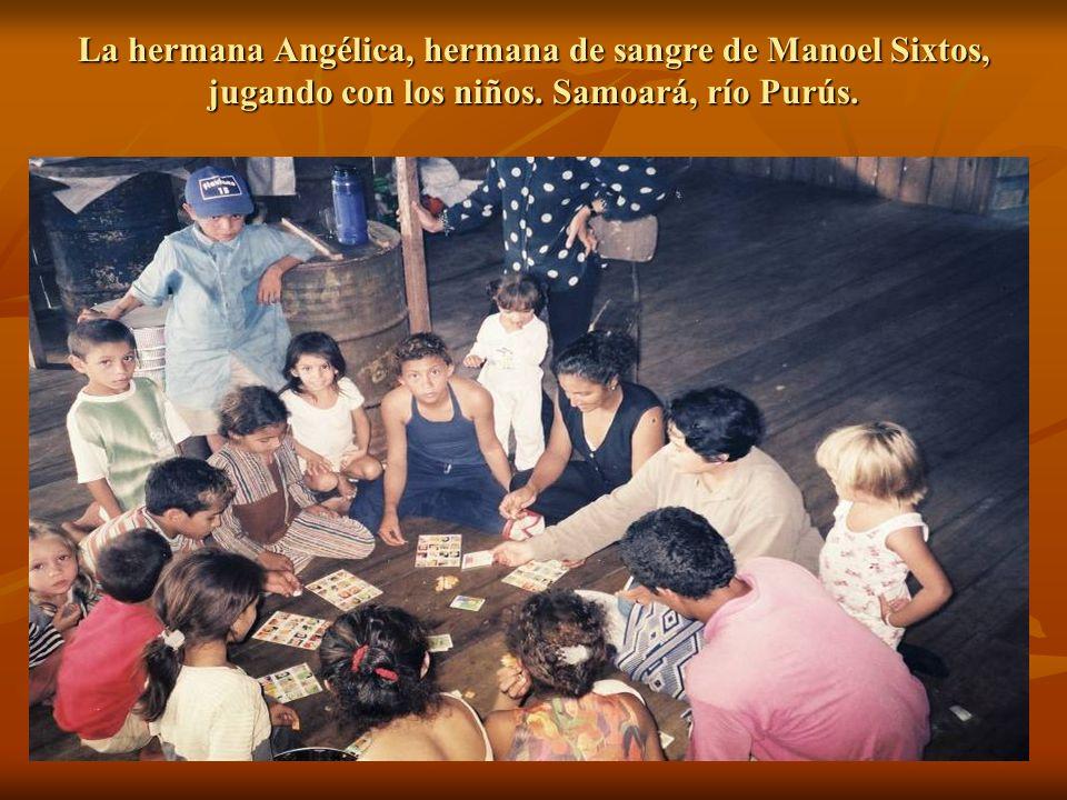 La hermana Angélica, hermana de sangre de Manoel Sixtos, jugando con los niños. Samoará, río Purús.