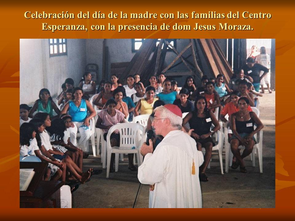 Celebración del día de la madre con las familias del Centro Esperanza, con la presencia de dom Jesus Moraza.