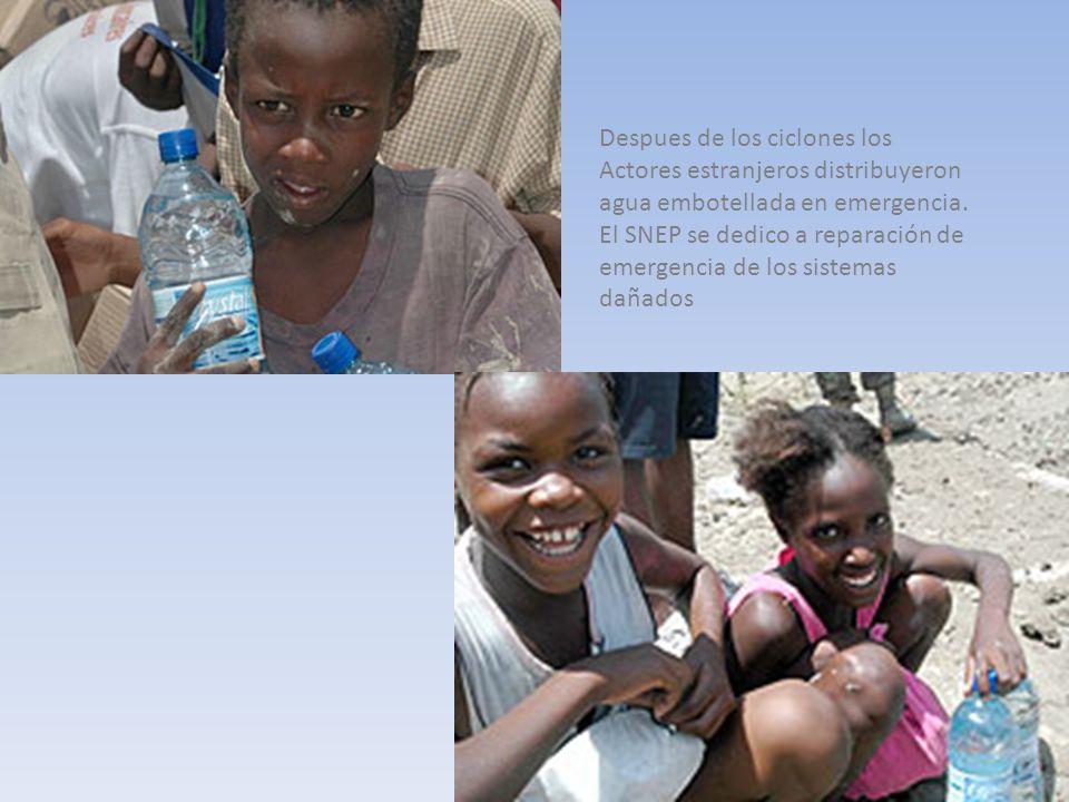 Despues de los ciclones los Actores estranjeros distribuyeron agua embotellada en emergencia.